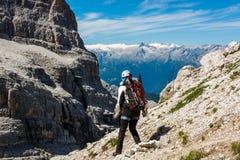 Viandante su una traccia di montagna fotografia stock libera da diritti