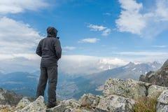 Viandante sul picco di montagna Immagine Stock