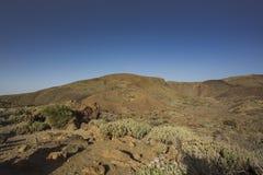 Viandante sul vulcano fotografie stock libere da diritti