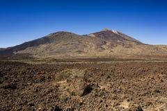Viandante sul vulcano fotografie stock