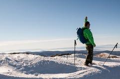 Viandante sulla cima della montagna Fotografia Stock Libera da Diritti