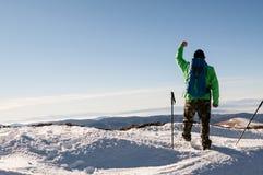 Viandante sulla cima della montagna Fotografie Stock Libere da Diritti