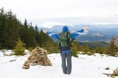 Viandante sulla cima della montagna Immagini Stock