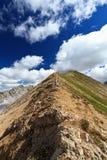 Viandante sulla cresta della montagna immagini stock libere da diritti
