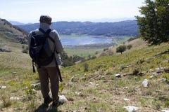 Viandante sulla montagna Immagine Stock