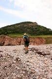 Viandante sulla spiaggia del Cobblestone Fotografia Stock Libera da Diritti