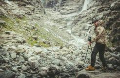 Viandante sulla traccia alpina immagini stock libere da diritti
