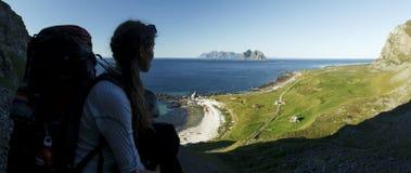 Viandante/viaggiatore con zaino e sacco a pelo che gode delle isole di Lofoten di vista Fotografia Stock