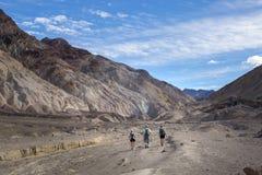 Viandanti al canyon di desolazione a Death Valley immagine stock
