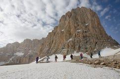 Viandanti alla base di punta della montagna Fotografia Stock Libera da Diritti