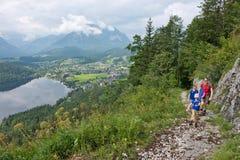 Viandanti in Altaussee in Austria Fotografia Stock
