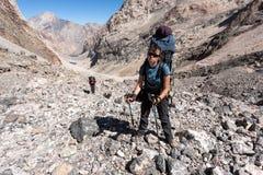 Viandanti in alte montagne Immagine Stock Libera da Diritti