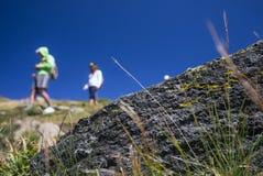 Viandanti che camminano sulla montagna Fotografie Stock Libere da Diritti