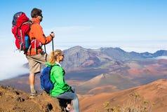 Viandanti che godono della vista dalla cima della montagna Fotografia Stock Libera da Diritti