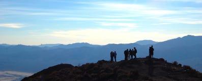 Viandanti che prendono piacere nel loro punto di vista dalla cima Immagine Stock