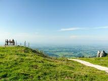 Viandanti che riposano alla cima del mondo Fotografia Stock