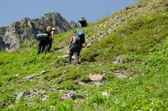 Viandanti che scalano la montagna Immagine Stock Libera da Diritti