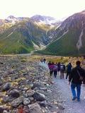 Viandanti che si dirigono alle montagne, Nuova Zelanda Immagine Stock
