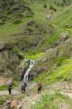 Viandanti davanti alla cascata Immagini Stock