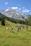 Viandanti davanti alla montagna di Watzmann Fotografia Stock Libera da Diritti