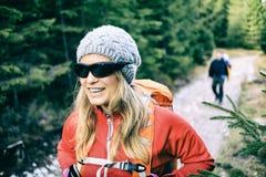 Viandanti delle coppie che camminano sulla traccia in foresta fotografia stock libera da diritti