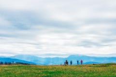 Viandanti nel paesaggio stupefacente delle montagne ucraine fotografia stock libera da diritti