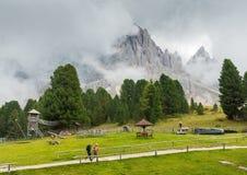 Viandanti nel Tirolo/Alto Adige del sud, regione delle dolomia dell'Italia del Nord durante l'estate Fotografia Stock Libera da Diritti