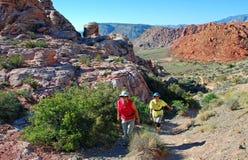 Viandanti senior in canyon rosso della roccia, Nevada fotografie stock