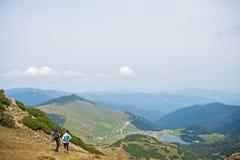 Viandanti sportive sul percorso con i pali di trekking immagine stock