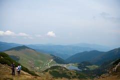 Viandanti sportive sul percorso con i pali di trekking immagini stock