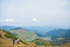 Viandanti sportive sul percorso con i pali di trekking immagine stock libera da diritti