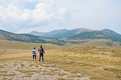 Viandanti sportive sul percorso con i pali di trekking fotografia stock