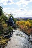 Viandanti su una regione selvaggia Ridge Immagine Stock