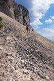 Viandanti sulla montagna di Piatra Craiului Immagine Stock Libera da Diritti
