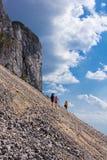 Viandanti sulla montagna di Piatra Craiului Immagini Stock