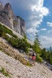 Viandanti sulla montagna di Piatra Craiului Fotografie Stock