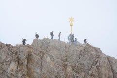Viandanti sulla montagna di Zugspitze Fotografia Stock Libera da Diritti