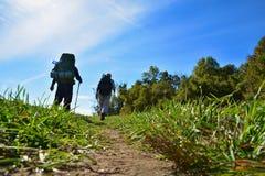 Viandanti/viaggiatori con zaino e sacco a pelo Fotografia Stock Libera da Diritti