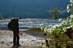 Viandanti/viaggiatori con zaino e sacco a pelo Fotografie Stock Libere da Diritti