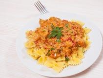 Viande à une sauce avec des pâtes de farfalle Images libres de droits