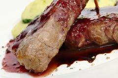 Viande avec de la sauce à poivron rouge Photo libre de droits