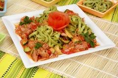 Viande avec des légumes et des pâtes Images libres de droits
