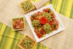 Viande avec des légumes et des pâtes Image libre de droits