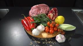 Viande avec des légumes et des fruits clips vidéos