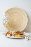 Viande avec les biscuits de potatoe et la décoration de Noël image libre de droits