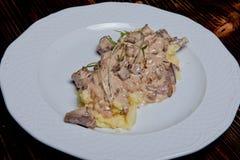 Viande avec les champignons et les pommes de terre blancs photos libres de droits