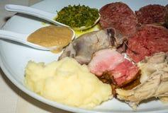 Viande bouillie des pommes de terre mélangées de petit morceau de viande et de la sauce à sauce et épicée verte image stock