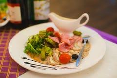 Viande coupée en tranches avec les légumes marinés Image libre de droits