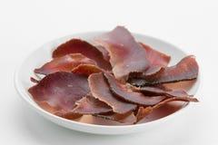 Viande coupée en tranches de boeuf sec saccadée du plat blanc images libres de droits