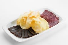 Viande coupée en tranches de lard de boeuf et de porc avec les pommes de terre frites sur le pla blanc Image libre de droits